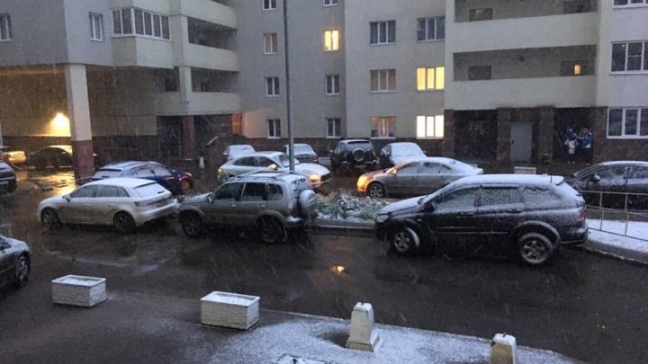 Здравствуй, зима: в Уфе повалил снег