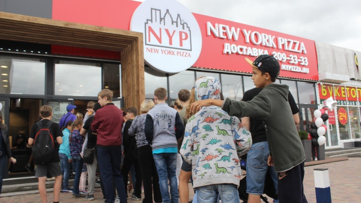 Новосибирцы выстроились в очередь за дешёвой пиццей и были готовы ждать заказа по 5 часов