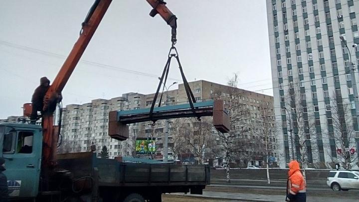 «Зато места больше»: с площади Ленина эвакуировали скамейки, на которых располагалась «бессрочка»