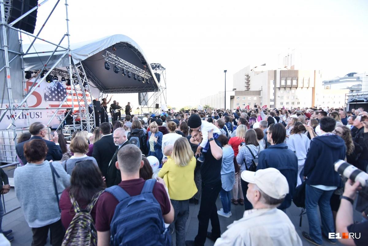 Выступление музыкальных групп собрало несколько сотен слушателей