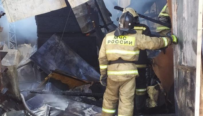 В пожаре под Красноярском погибли двое детей: их мать была в гостях