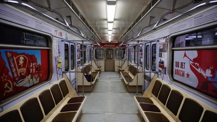 В новосибирском метро появился красный поезд с комсомольцами