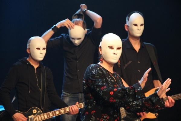 Изначально песня «Не смотри наверх» была про вампиров, но режиссёр Валентин Копалов решил, что она про неизвестные странные вещи