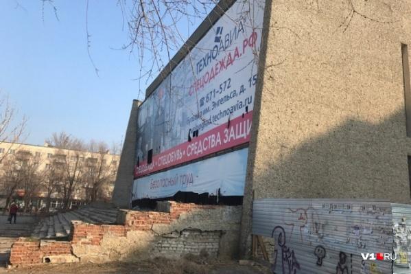 Руины кинотеатра расположены в самом центре Красноармейского района