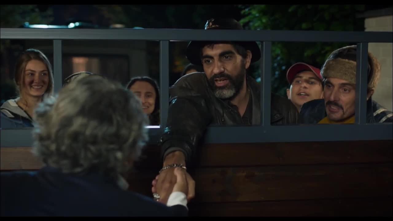В новой французской комедии зажиточный мсье пускает к себе жить цыганский табор ради победы на выборах