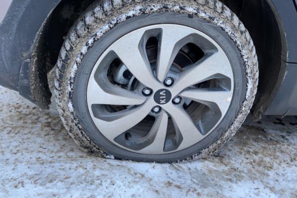 Так выглядели колёса машин многих автомобилистов после проезда по дороге в районе «МЕГИ»