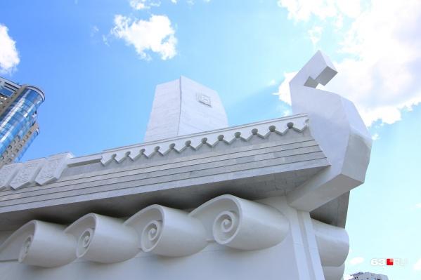 Облицовку монумента также приходилось переделывать