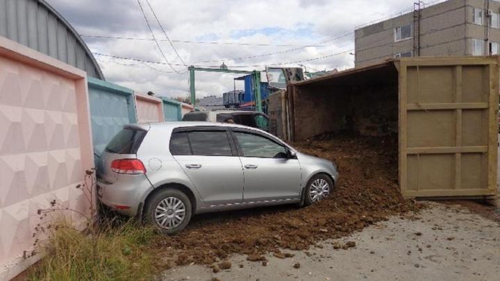 В Березниках грузовик завалил землей припаркованные машины