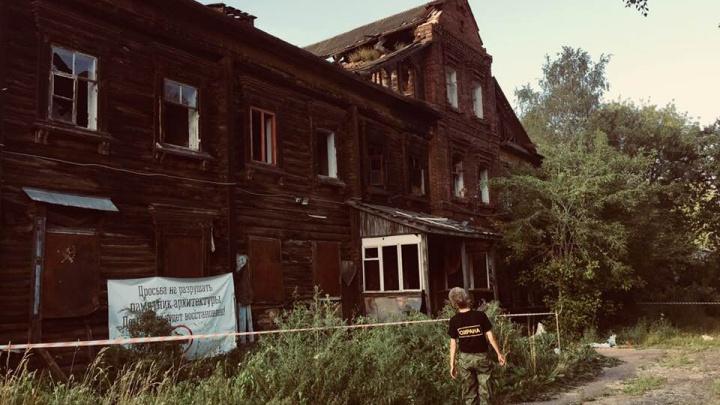 Власти наняли охрану к дому-памятнику в Ярославле, который растаскивают на кирпичи