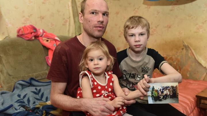 «Мне лишнего не надо»: безработного отца-одиночку из Екатеринбурга завалили одеждой для детей