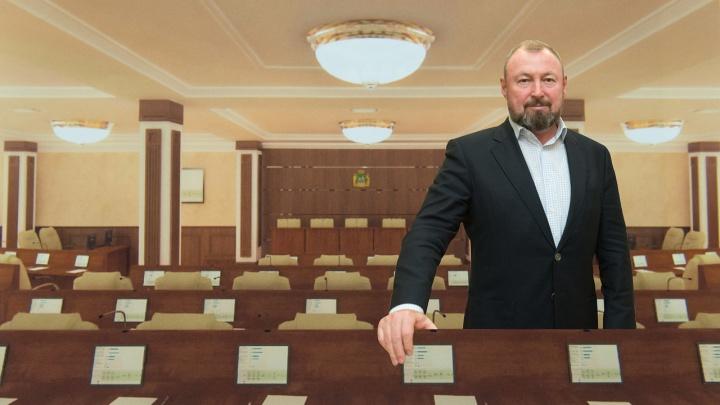 Кремовые кресла, столы из тёмного дерева: изучаем новые интерьеры гордумы Екатеринбурга в ЦУМе
