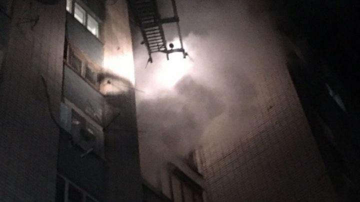 «Страшные крики, люди бегут кто в чем»: в Волгограде загорелось общежитие на улице Жолудева