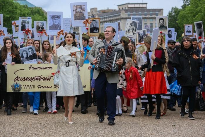 Артем Старченко участвует в шествии «Бессмертный полк» в Вашингтоне