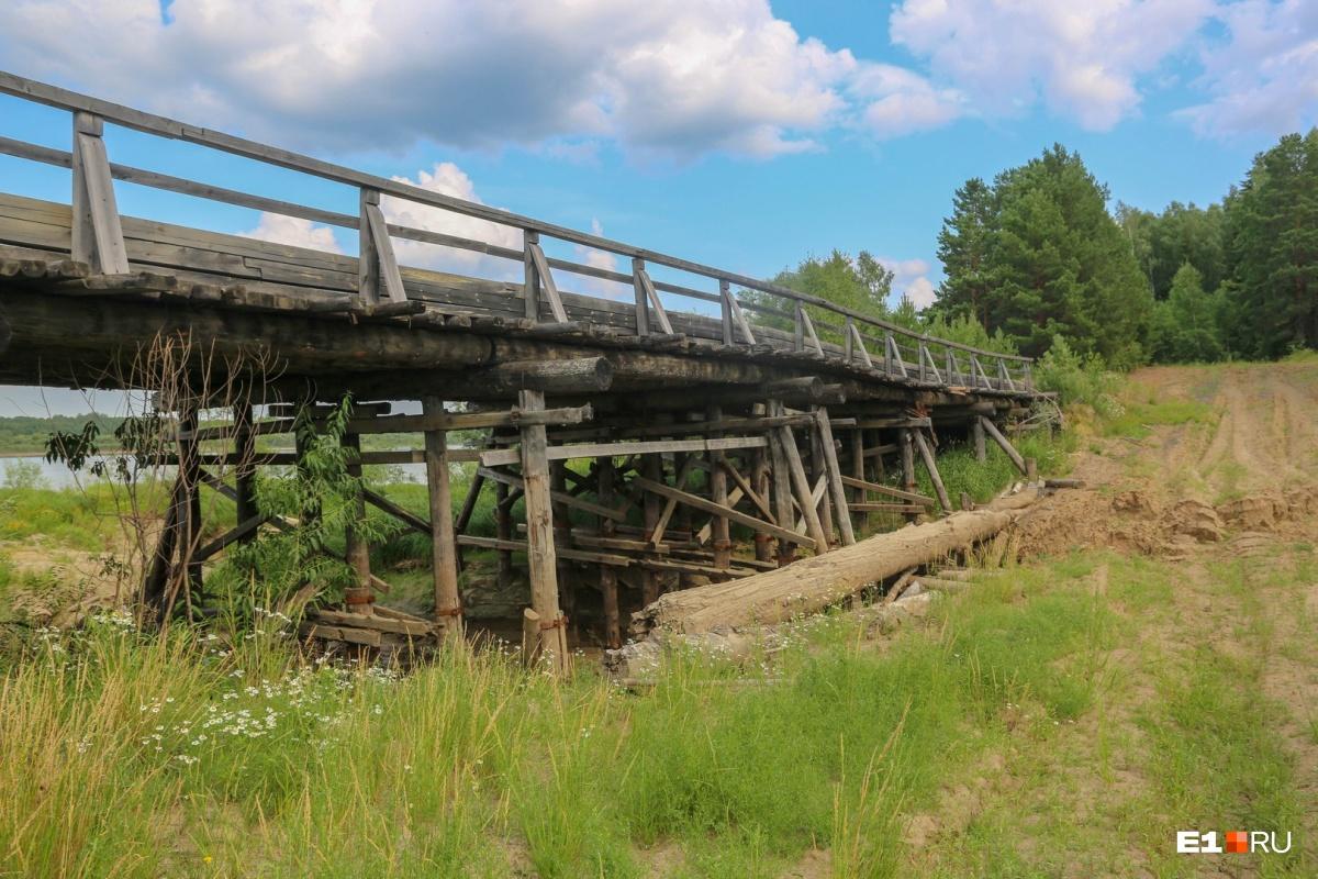 Многие автомобильные мосты в районе — деревянные. По ним ездят не только легковушки, но и тяжелые лесовозы