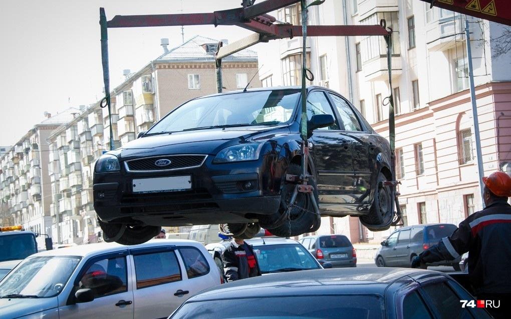 То, что народе называются эвакуацией, согласно КоАП, именуется задержанием транспортного средства. Его применяют не только за нарушение правил остановки и стоянки, но и, например, если водитель пьян и некому его подменить