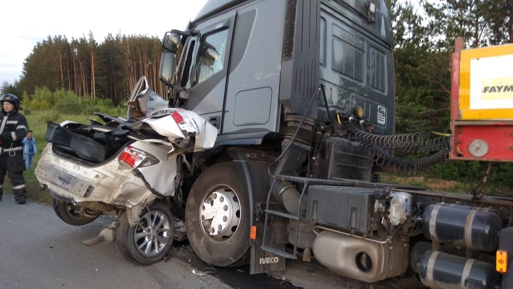 На трассе Екатеринбург — Тюмень легковушка залетела под грузовик, три человека погибли