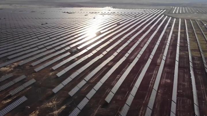 Поле света: самарец снял на видео с высоты крупнейшую в России солнечную электростанцию