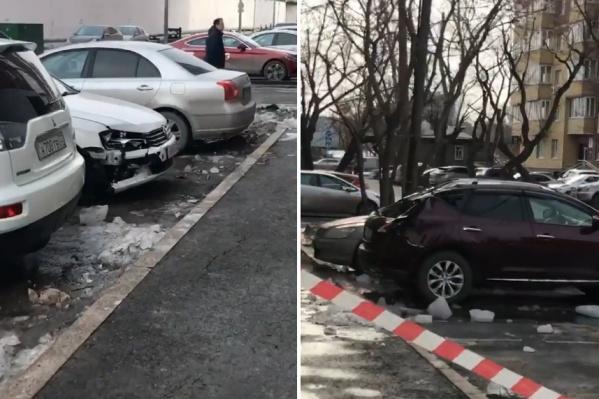 Глыбы льда упали не только на машины, но и на тротуар. По словам очевидцев, с этой стороны дома находятся бар и магазин<br>
