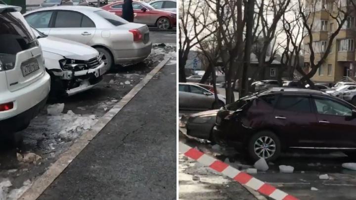 Глыбы льда, сорвавшиеся с крыши девятиэтажки на Достоевского, повредили две иномарки