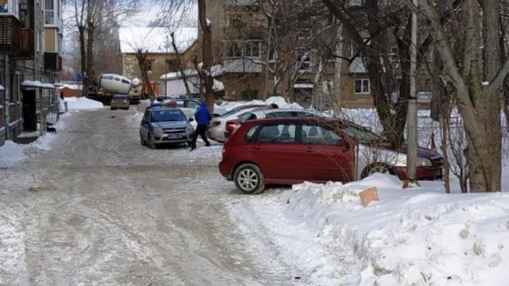 В Перми во дворе жилого дома автомобилист сбил 90-летнюю пенсионерку