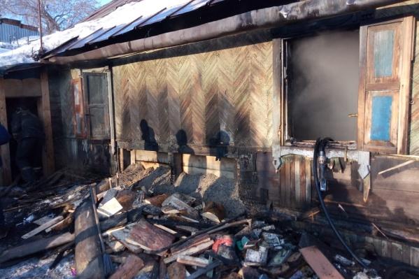 Пожарные эвакуировали мальчика из горящего дома, но было уже слишком поздно