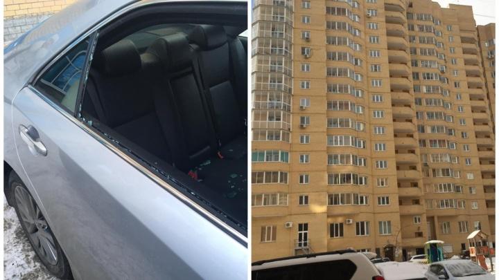 Война продолжается: в Екатеринбурге еще одному жильцу дома, конфликтующего с управляющей компанией, разбили машину
