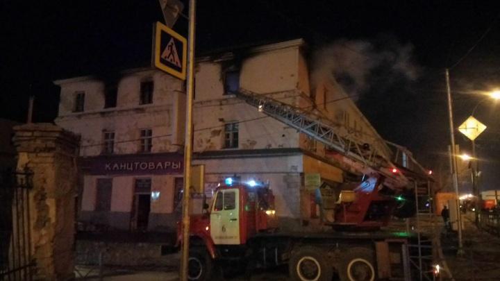 На улице Мира загорелся трёхэтажный дом