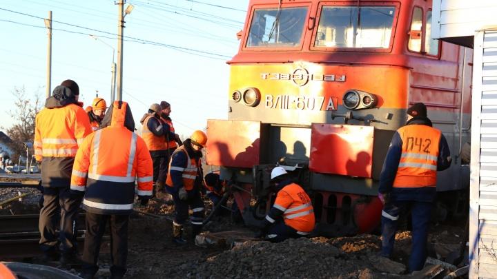В Ярославской области локомотив сошёл с рельсов на переезде: прямой эфир с места ЧП