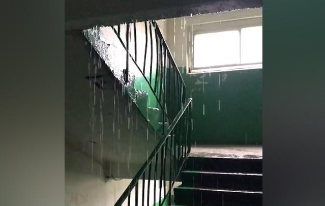 «Дождь на улице — дождь дома»: с приходом осени в Ярославле затопило дворы, дороги и подъезды. Видео