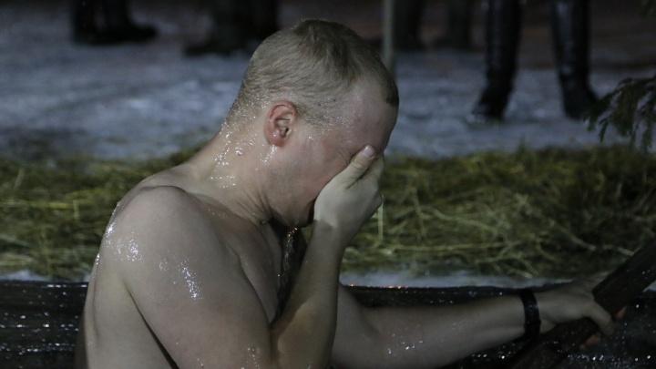 В прорубь с головой: смотрим видео, как архангелогородцы окунались на Крещенских купаниях
