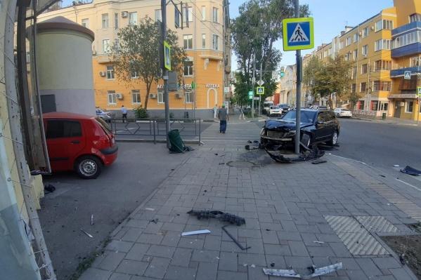После столкновения обе иномарки оказались на тротуаре, одна врезалась в столб