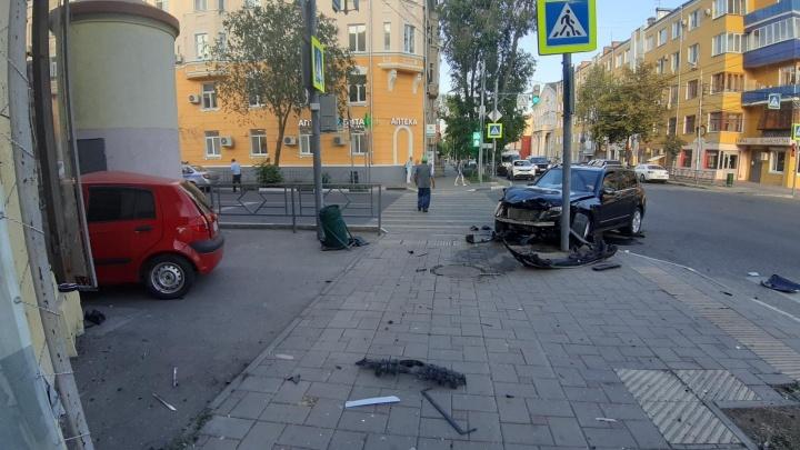 В СамареHyundai вылетел на тротуар после столкновения сMercedes-Benz и сбил пешехода