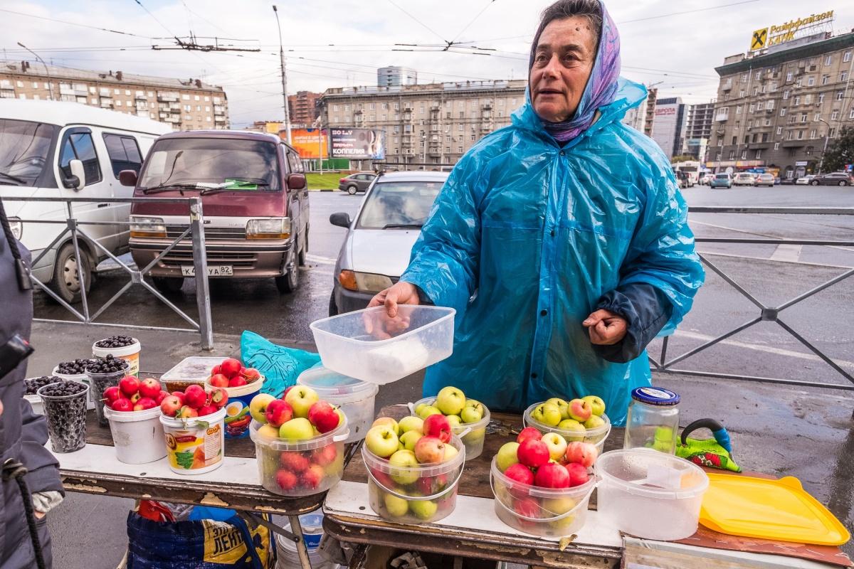 Сибирские яблоки продают примерно в два раза дороже, чем в магазине