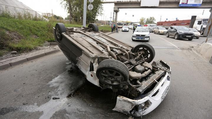 «Машина перевернулась»: из-за аварии под мостом в Ленинском районе образовалась огромная пробка