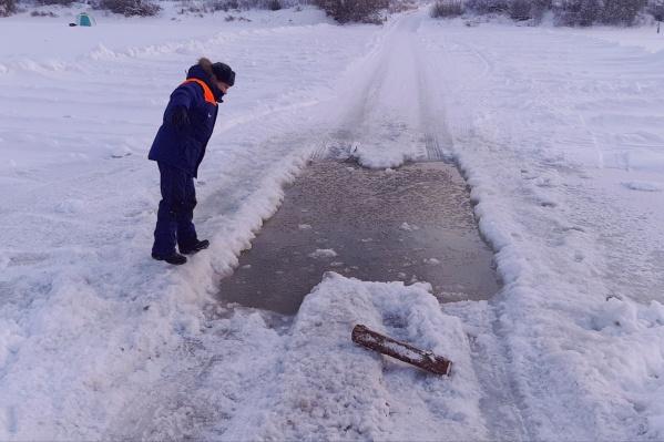 Лед на реке мог не выдержать машину