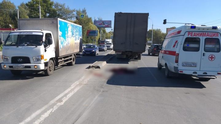 Женщина попала под грузовик на середине Большевистской