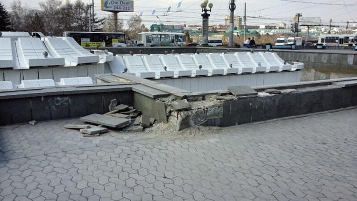 Жители Омска разрушили фонтан на Театральной площади