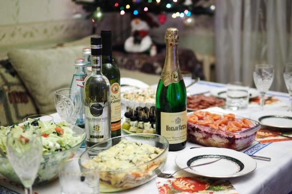 Традиционный новогодний стол: сытные салаты нужно доесть не позднее 1 января
