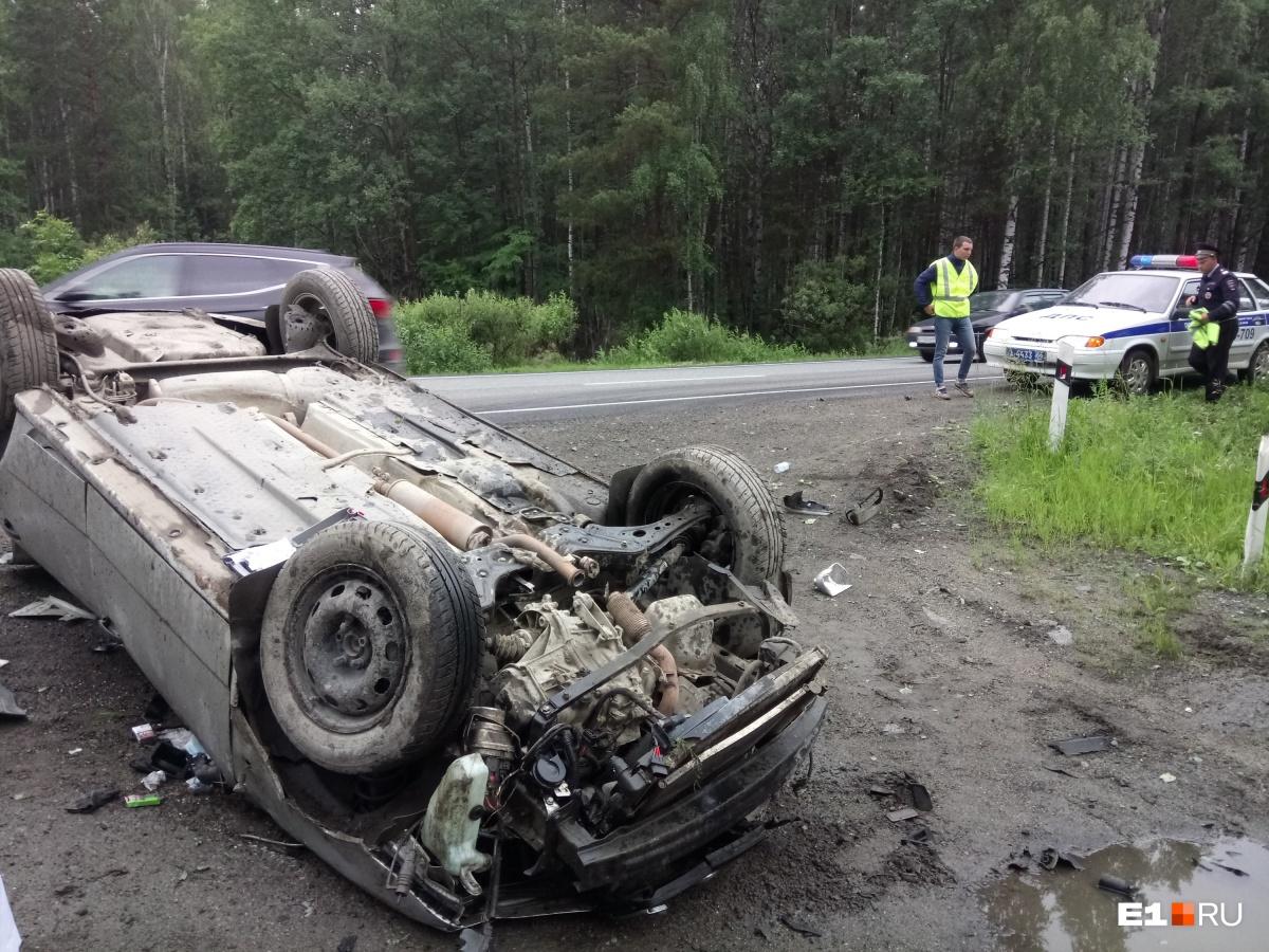 «Водитель говорит, что уснул»: на Серовском тракте Skoda вылетела с дороги и трижды перевернулась