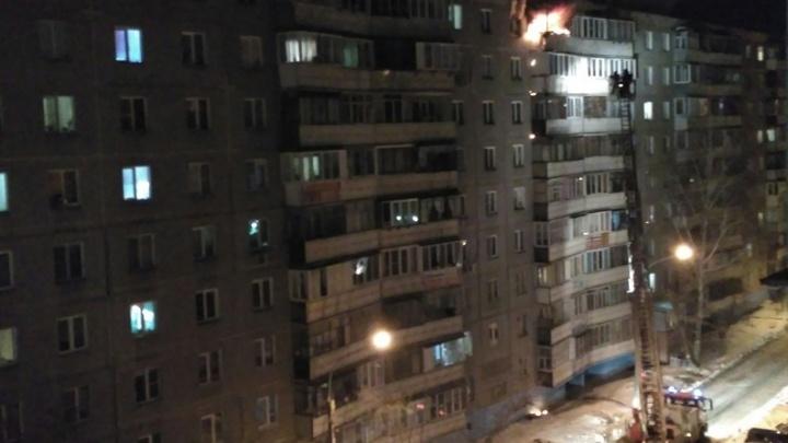 В квартире многоэтажного дома на Северо-Западе Челябинска вспыхнул крупный пожар