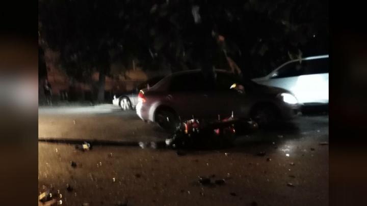 Откинуло на тротуар: в Уфе мотоциклист протаранил такси