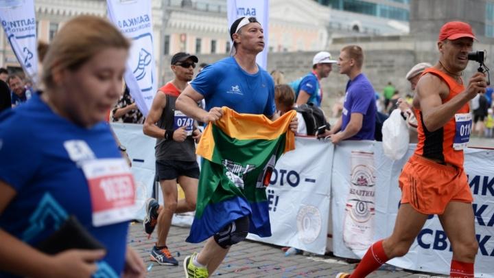 «Вдвоём справились, вырвали у неё флаг»: Евгений Ройзман «ограбил» девушку на марафоне