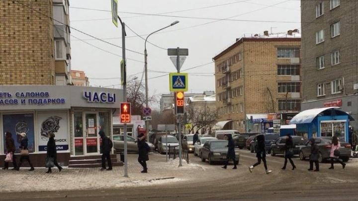 Сто человек перебежали на красный на обновленном пешеходном переходе в центре