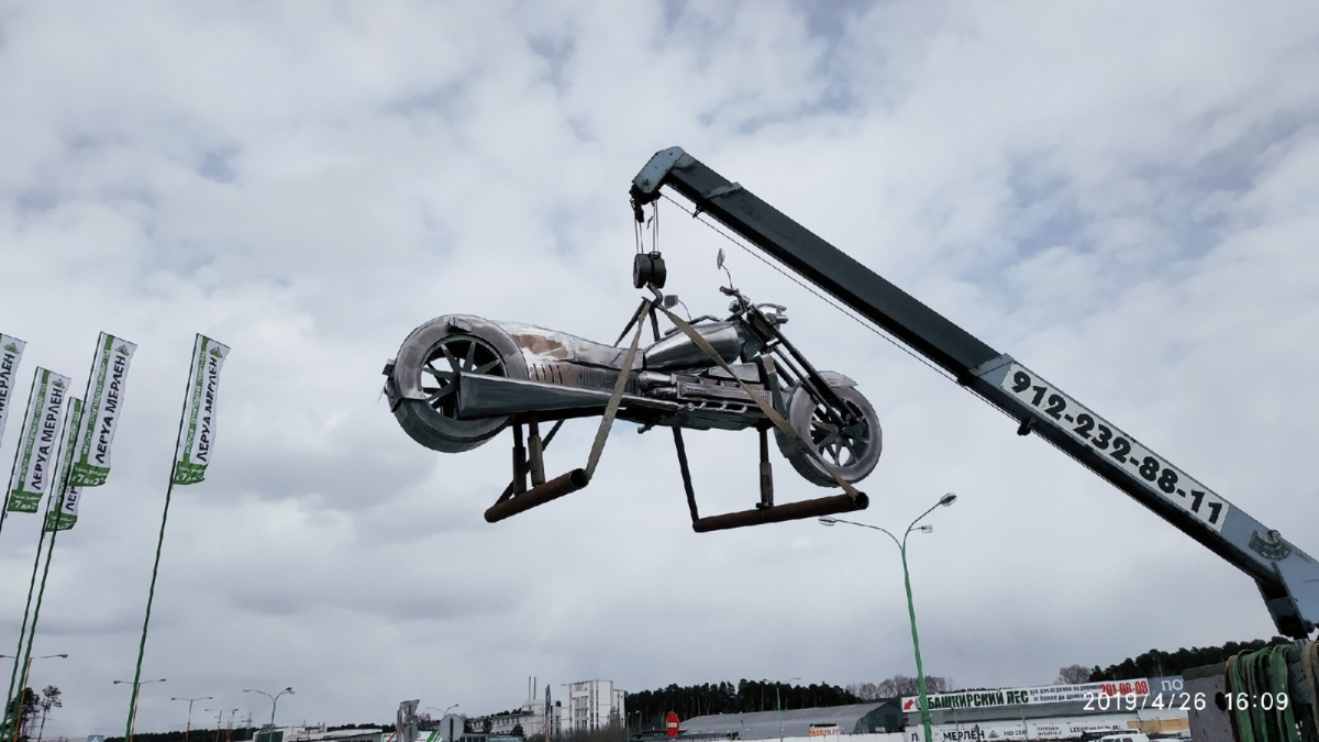 Большой железный мотоцикл установили на Базовом, 47