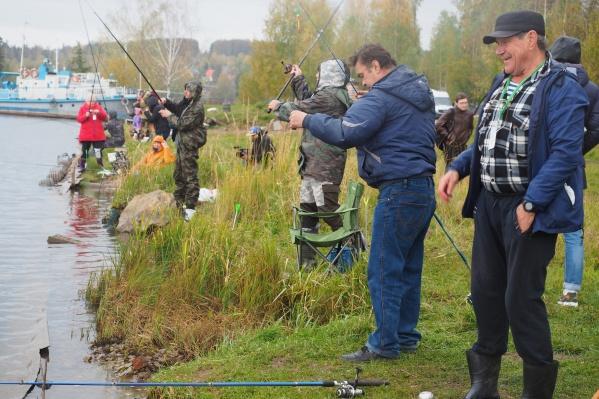 Участники рыбалки в процессе рыбной ловли