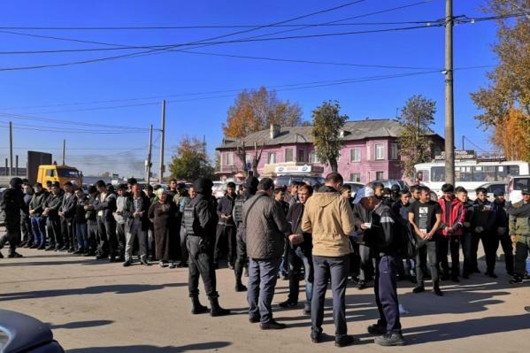 Всего полицейские проверили документы у 195 человек