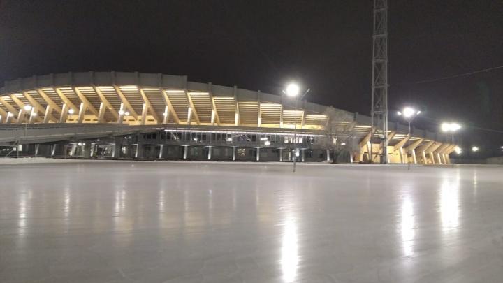 У Центрального стадиона готовят открытие катка с парком и беседками