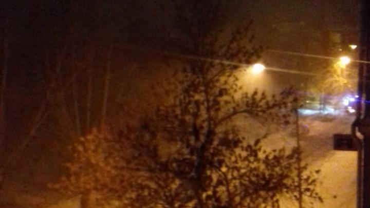 «Огонь распространяется по перекрытиям»: на Уралмаше большой пожар в старом общежитии