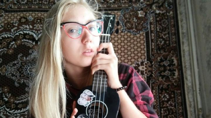 В Омске пропала 14-летняя девушка с укулеле, которая планировала уехать в Питер автостопом
