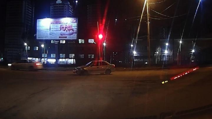 В соцсетях появилось видео аварии на Нансена. Одна из легковушек перевернулась в воздухе